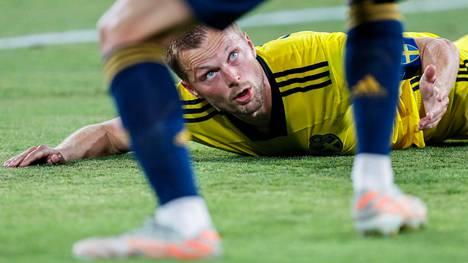 Sebastian Larsson taisteli Ruotsin puolesta myös kentän pinnassa EM-kisojen avausottelussa Espanjaa vastaan maanantaina. Keskiviikkona Larssonin auto paloi.