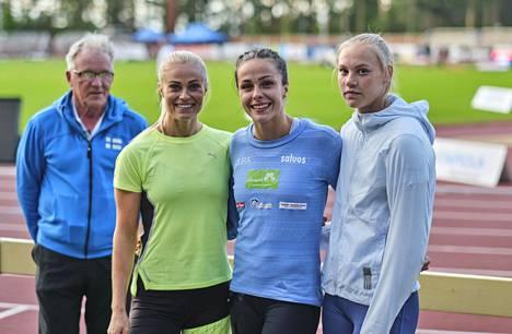 Matti Liimatainen valmennettaviensa Lotta Haralan, Maria Huntingtonin ja Saga Vannisen kanssa.