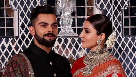 Virat Kohli (vas.) ja Anushka Sharma järjestivät häävastaanoton Delhissä Suomen-matkansa jälkeen.