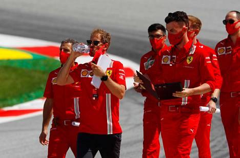 Tähtikuljettaja Sebastian Vettel riisui maskinsa ottaakseen huikkaa. Saksalainen lähtee Ferrarilta tämän kauden jälkeen.
