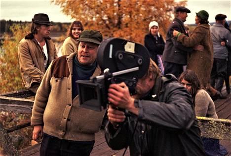 Rauni Mollberg saneli Maa on syntinen laulu -elokuvan kuvauksissa, miten kohtaukset toteutetaan.