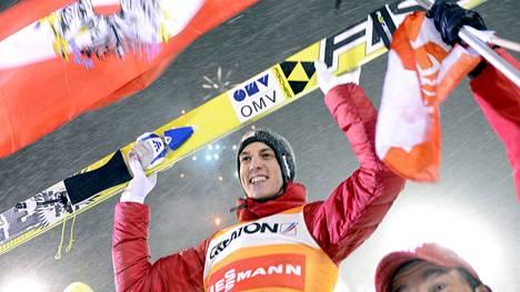 Gregor Schlierenzauer juhli maailmancupin voittoa Kuopiossa vuonna 2013.