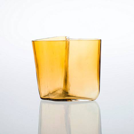 Keräilijät himoitsevat alkuvuosien Aalto-maljakoita, jotka valmistettiin Karhula-Iittalan lasitehtaalla. Kuvan Aalto-maljakko on puumuottiin puhallettua ruskeaa lasia. Karhula, 1930-luvun loppu.