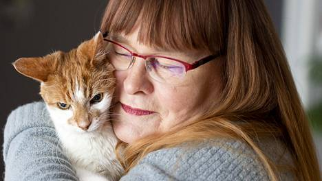 Aira ihmetteli lemmikkinsä outoa käytöstä öisin – sankarikissa Nipsu paljasti omistajansa vaarallisen sairauden