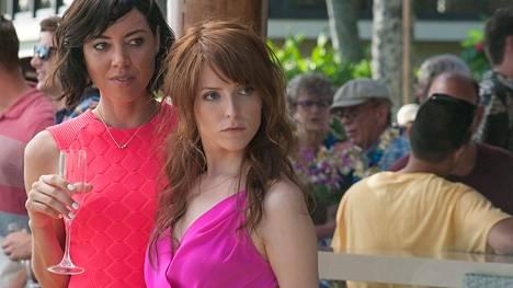 Aubrey Plaza ja Anna Kendrick näyttelevät komedian bilehileitä.