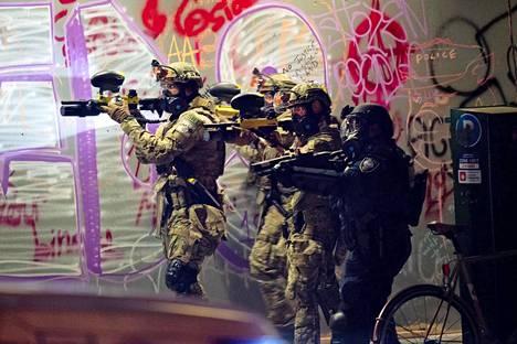 Poliisit ampuvat ilmaan joukkojenhallintaan käytettäviä kemikaaleja.
