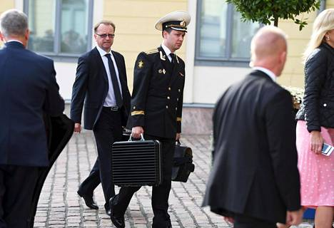 Venäjän merivoimien upseeri kantoi salkkua, jossa on luultavasti ydinasejoukkojen komentojärjestelmä.