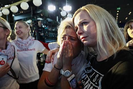 Sanna Romppainen ja Anna Suutari järkyttyivät suosikkiyhtyeensä shokkiuutisista.