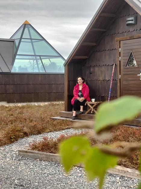 Uudet Aurora-pyramidit odottavat nukkujia Levillä Könkän kylän kupeessa. Päivikki Palosaari uskoo, että Britannian ja Lapin välille voitaisiin järjestää turvallinen matkustuskäytävä tilauslennoille.