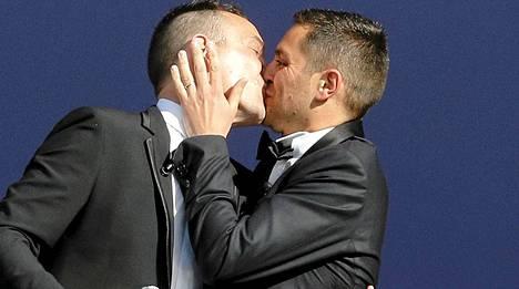 Vincent Aubin ja Bruno Boileau suutelivat seremonian päätteeksi Montpellierin kaupungintalon katolla.