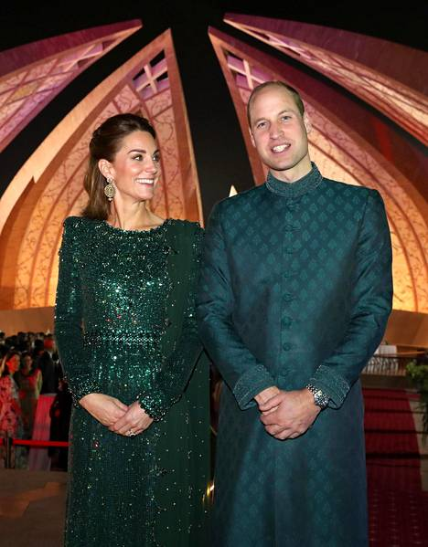 Myös prinssi William pukeutui smaragdinvihreään sävyyn.