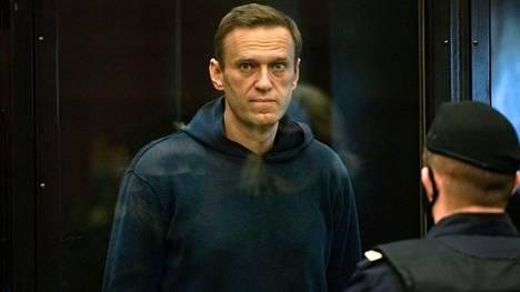 Aleksei Navalnyi kuvattuna oikeuden istunnossa 2. helmikuuta 2021, kun Natalja Repnikova luki hänelle tuomion. Venäjällä tuomareiden kuvaaminen on oikeudenkäynneissä yleensä kielletty.