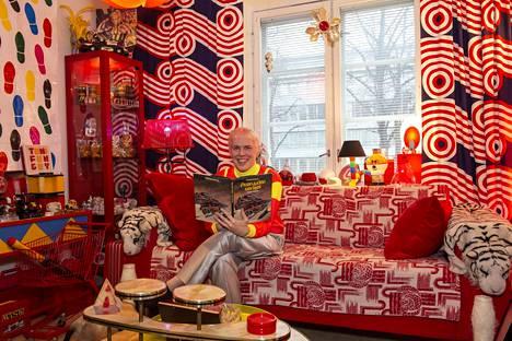 Toni Kitti nauttii väreistä ja kitschistä. Kissojen eli Kiilun, Pikku-Killin ja Kakun lempipaikka on sohvalla.