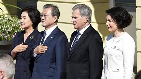 Presidenttiparit poseerasivat Presidentinlinnan edustalla.