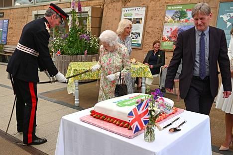 Kuningatar Elisabet lainasi miekkaa vieressä seisseeltä sotilaalta.