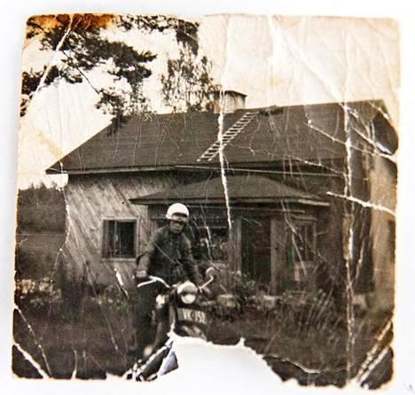 Seppo Boisman poseerasi moottoripyöränsä kanssa vuonna 1959.