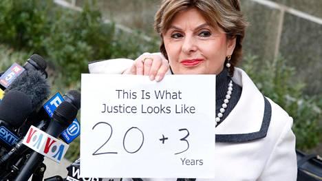 """Weinsteinin uhrien asianajaja Gloria Allred näytti 23 vuoden tuomion jälkeen paperia, jossa luki: """"20 + 3 – Tältä oikeus näyttää""""."""