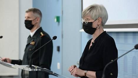 Kansliapäällikkö Kirsi Pimiä ja Rajavartiolaitoksen yksikön päällikkö Tuomas Laosmaa kertoivat maahantulon rajoitusten keventämisestä sisäministeriön tiedotustilaisuudessa torstaina.