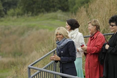 Macron ja Haukio ihailivat Suomenlinnan maisemia näköalatasanteelta.