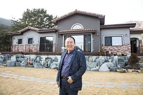 Yong-Man Shin omakotitalonsa edustalla.
