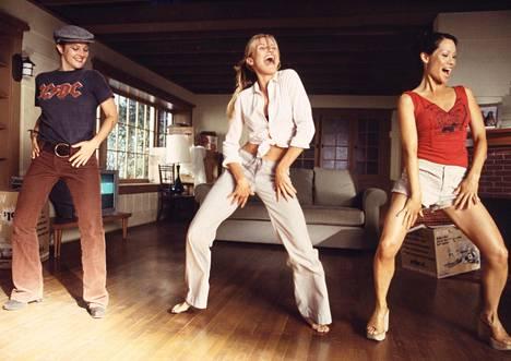 Drew Barrymore esitti Charlien enkelit – Kurvit suoriksi -elokuvasarjassa villiä Dylan Sandersia (vasemmalla).