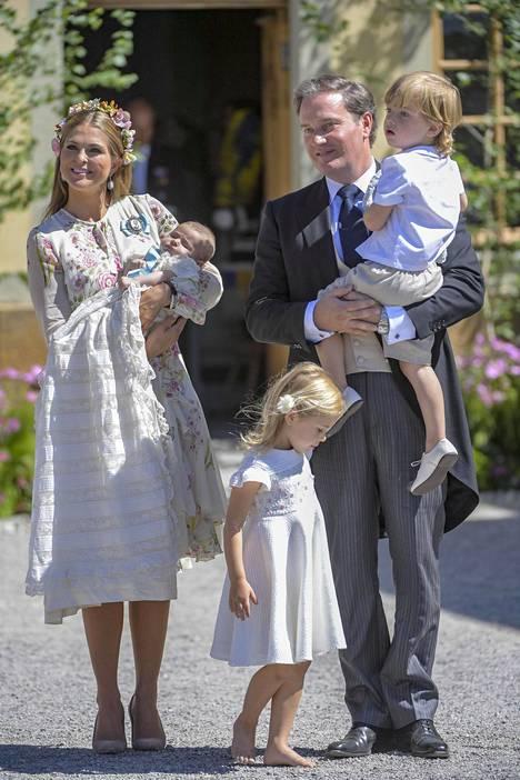 Perhe kuvattuna prinsessa Adriennen ristiäisissä kesäkuussa.