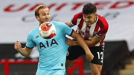 Sheffield marssi voittoon Tottenhamista. Palloa tavoittelemassa Tottenhamin Kane ja Sheffieldin John Egan.