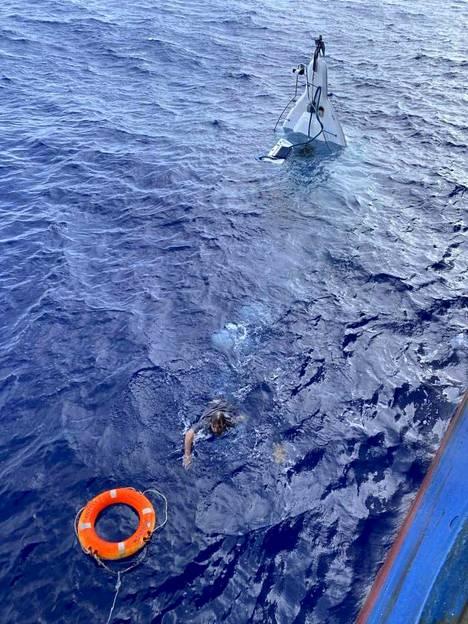 Stuart Bee ui kohti laivan miehistön hänelle heittämää pelastusrengasta.