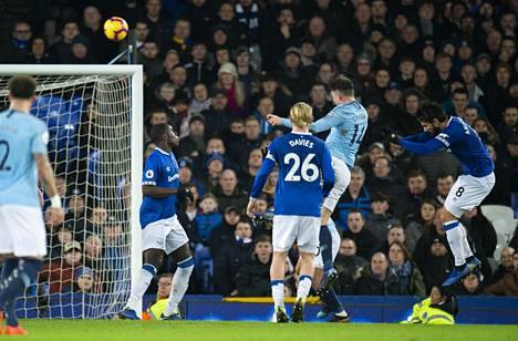 Aymeric Laporte (toinen oikealta) pukkasi Manchester Cityn avausmaalin Evertonia vastaan.