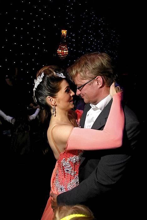 Mikael pitää vaimostaan hellästi kiinni Tanssii Tähtien kanssa -lähetyksen jälkeen.
