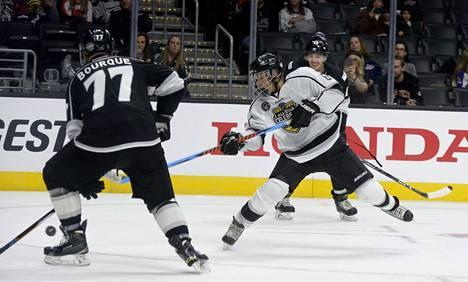 Justin Bieber (valkoisessa paidassa) NHL:n tähdistötapahtumassa tammikuussa 2017.