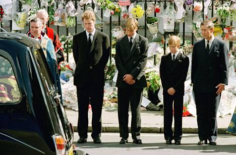 Prinsessa Dianan kuolema vuonna 1997 muutti pysyvästi prinssi Williamin, prinssi Harryn ja prinssi Charlesin elämää ja käyttäytymistä.