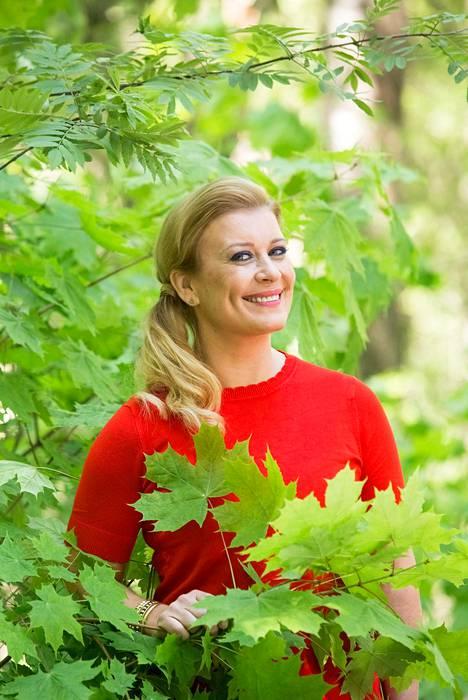 Alm-Siira tunnetaan positiivisena ja iloisena ihmisenä.