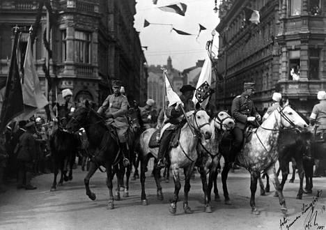 Valkoisten voitonparaati pidettiin Helsingissä 16.5.1918. Pääesikunnan ratsukko kääntyy Pohjoisesplanadilta puiston suuntaan ylipäällikkö Mannerheimin ohitettuaan.