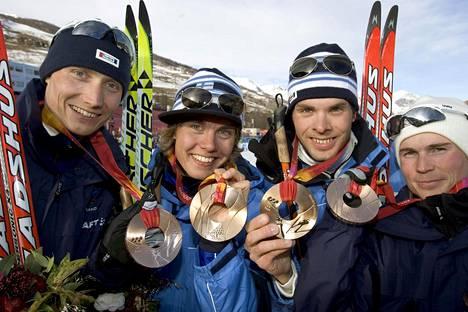 Hannu Manninen, Anssi Koivuranta, Antti Kuisma ja Jaakko Tallus saavuttivat joukkuekilpailusta olympiapronssia Torinon talvikisoissa 2006.
