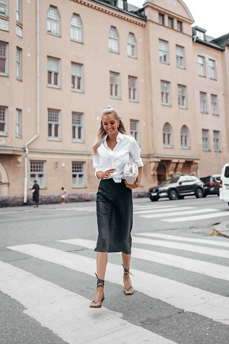 Paita: Gant, silkkihame: Nili Lotan, laukku: Bottega Veneta, sandaalit: Zara.