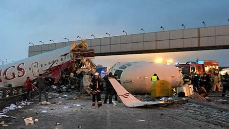 Pelastustyöntekijat raivasivat onnettomuuspaikkaa lauantaina.