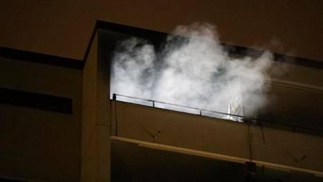Tulipalo syttyi kerrostalon ylimmässä kerroksessa sijaitsevassa huoneistossa.