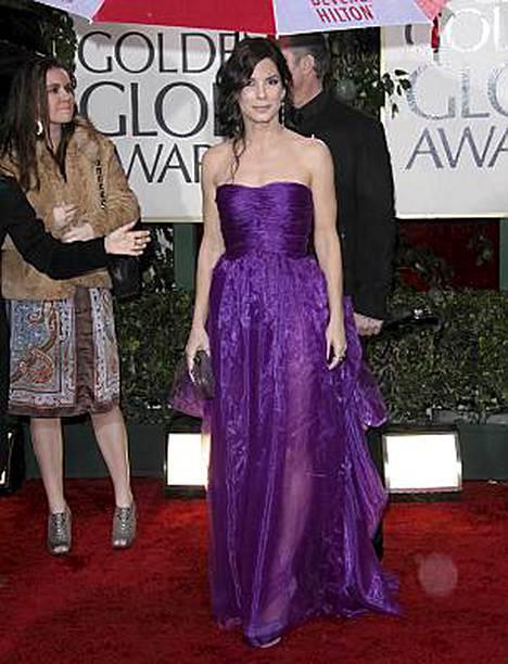 Sandra Bullock hersyvänä väripilkkuna.