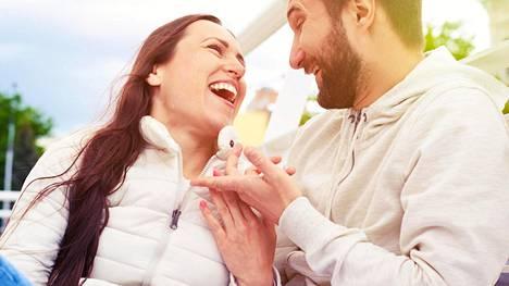 Ihmisissä on paljon eroja vaikk siinä, toivooko, että toinen kertoo ihastumisen tunteista vai ei.
