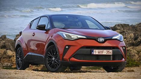 Toyota C-HR on noin 4,4-metrinen keskikoon crossover, johon on liitetty voimakkaita coupé-piirteitä sekä mukamaasturihenkisiä vekkejä, pokkauksia ja keulan muotoja.