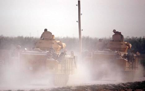 Turkkilaiset sotilasajoneuvot etenivät kohti Syyrian rajaa Akcakalessa keskiviikkona.