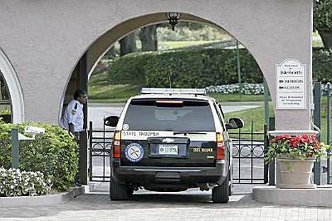 Floridan liikennepoliisin partioauto Isleworthissa matkalla Tiger Woodsin kartanolle Windermeren asuinalueelle.