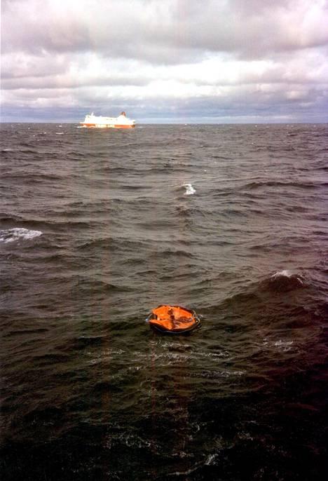Pelastajia kohtasi syyskuussa 1994 lohduton näky. 852 ihmistä jäi aaltoihin.
