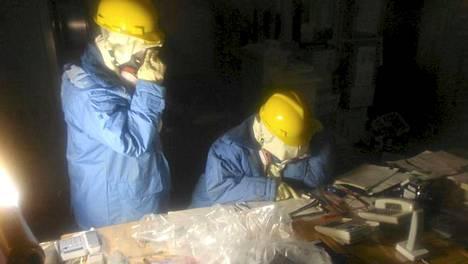 Insinöörit tutkivat eilen Fukushiman ykkösreaktorin valvomon tiloja.