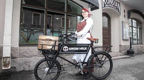 Koronaepidemian keskellä Konstan Möljä tarjoillee nouto- ja tilausruokaa, Sanna Kettunen, yksi omistajista, kertoo.