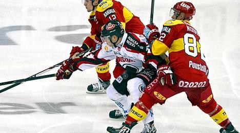 Jokerien Henrik Koivisto (edessä) yritti pitää Ässien Sami Lähteenmäen aisoissa.