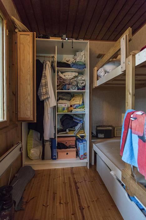 Erin toivoo mökkiin lisää nukkumapaikkoja. Ennen remonttia talossa on vain yksi pieni makuuhuone.