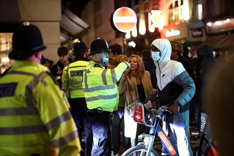 Poliisi katseli juhlintaa, mutta ei puuttunut siihen.