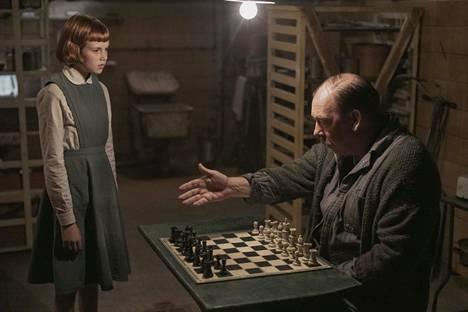 Nuoren Beth Harmonin roolissa nähdään Isla Johnson. Bill Camp näyttelee herra Shaibelia.